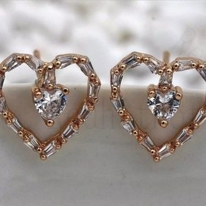 Gorgeous New 18k Gold Filled Heart Earrings!♡